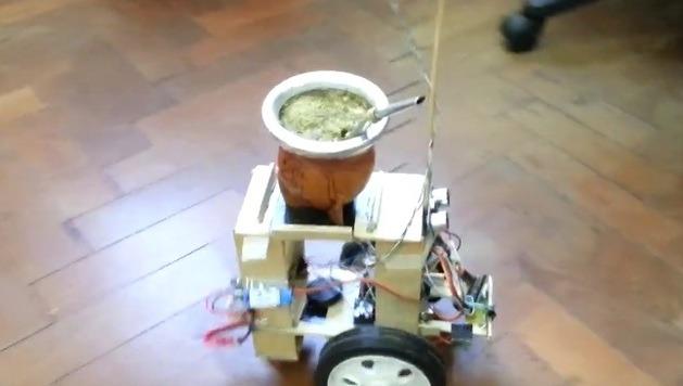 Otro invento argentino: un robot que pasa el mate y «apura» al que tarde en tomarlo