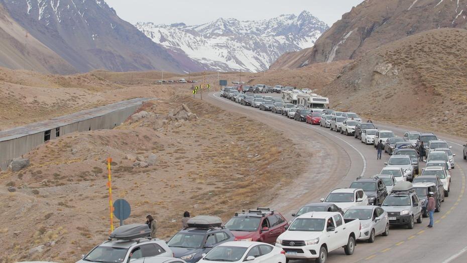 Mendoza  Efecto dólar: hay colas de hasta 10 kilómetros de autos chilenos para cruzar a la Argentina