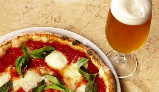 En Miami, un bar regala pizza y tragos para quienes se vacunen en el lugar