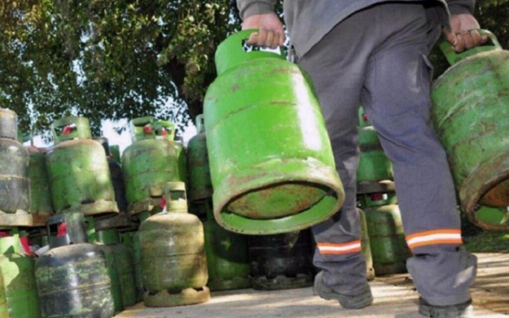 El gobierno impulsa declarar servicio público el gas en garrafa para controlar precios Hay 16 millones de personas que no cuentan con el servicio de gas por redes. Para ellos, los precios ya tienen un tope estatal, pero se cumple poco.