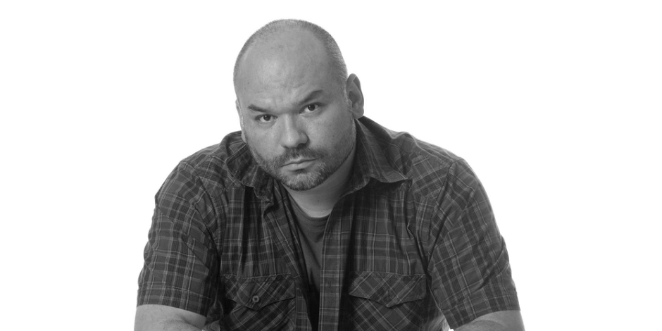 Foto em preto e branco do escritor André Vianco.