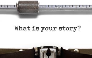 """Tela de máquina de escrever com a mensagem """"What Is Your Story"""""""