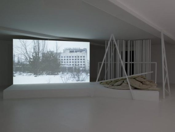 Bambi à Tchernobyl, 2013-2014 Installation vidéo avec une musique de Franck Krawczyk Film, couleur, son, 13'26'' en boucle, sculptures (feutre, cire, métal) Courtesy Galerie Suzanne Tarasieve, Paris et Galeria Leto, Varsovie Photographie de Marc Domage