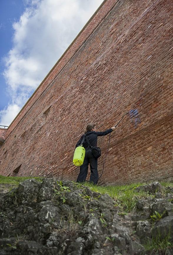 """""""CCA Wawel Castle"""": Magdalena Lazar, """"Siew rzutowy mokry"""", photoperformance, 2012, photo: Natalia Wiernik"""