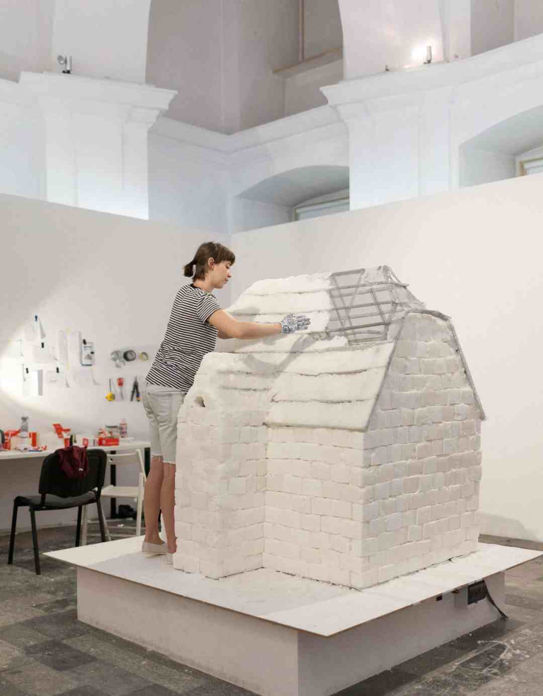 Home Sweet Home, House made of sugar, slowly heated, based on the design of the villa on the Kochanowskiego 21 Alley in Wroclaw (WYKWIT), 2017, photo Alicja Kielan