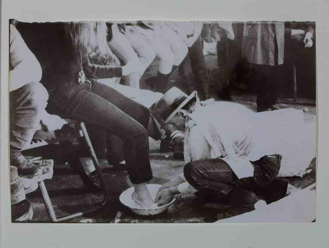 Ute Klophaus, Aktion Celtic in der Klasse von Joseph Beuys in der Kunstakademie Düsseldorf, 1971, Kunstpalast Düsseldorf, Archiv künstlerischer Fotografie der rheinischen Kunstszene (AFORK), Foto: © Kunstpalast - Horst Kolberg – ARTOTHEK, © Nachlass Ute Klophaus / Joseph Beuys © VG Bild Kunst, Bonn, 2020