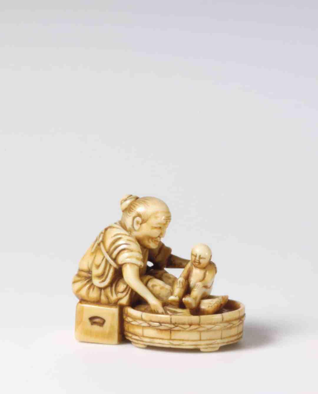 Unbekannt, Das erste Bad, Mitte 19. Jahrhundert, 3 cm, Elfenbein, Düsseldorf, Kunstpalast Inventarnummer: P2005-394, Foto: © Kunstpalast - Lothar Milatz – ARTOTHEK