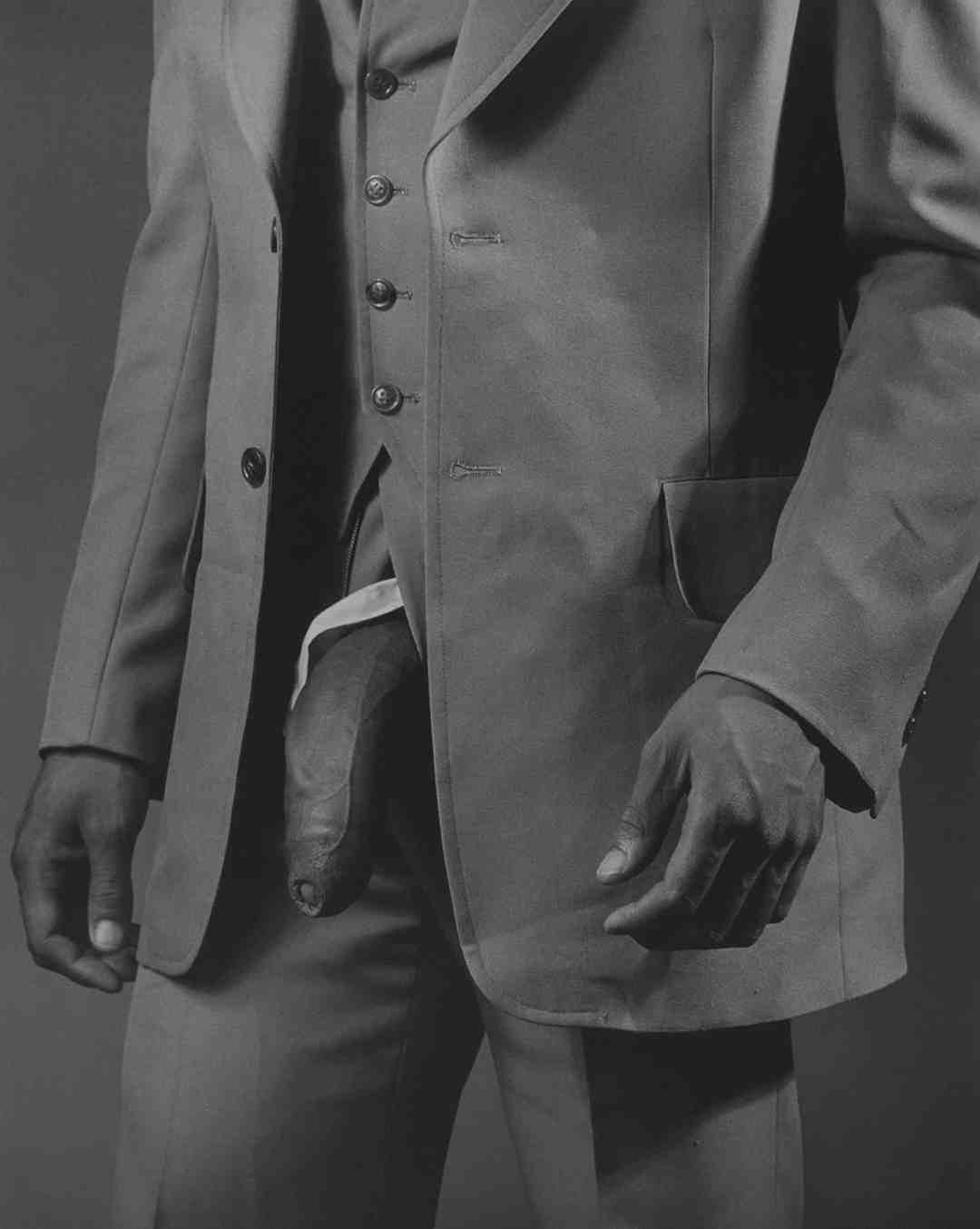 Robert Mapplethorpe, Man in polyester suite, 1980, cm 51x41, gelatin silver print, ed. 3/15, Courtesy Collezione Ettore Molinario, ©The Estate of Robert Mapplethorpe