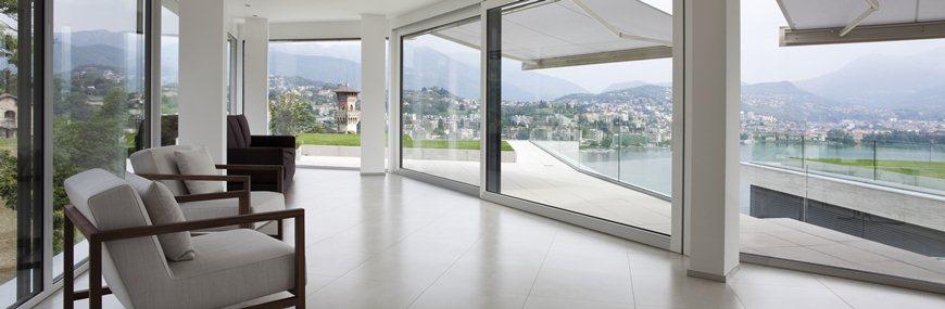 Moderne großflächige Fenster und Eckfenster