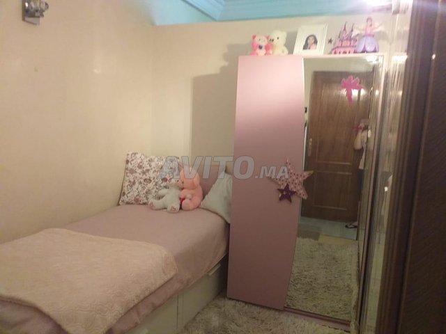 lit simple et armoire et bureau