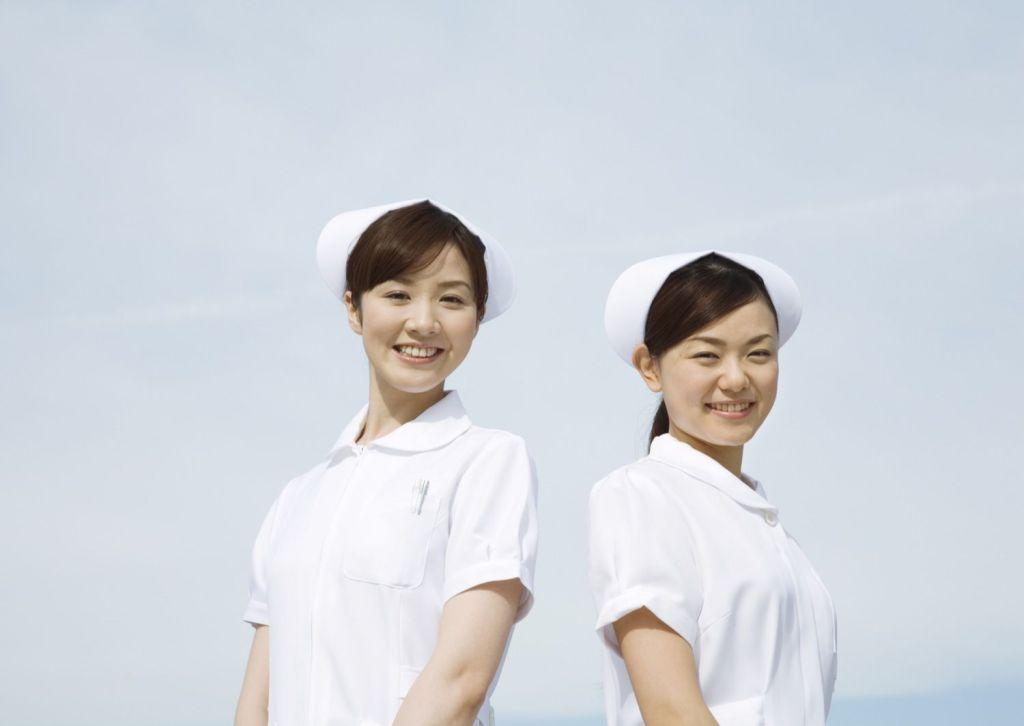 笑っている2人の看護師