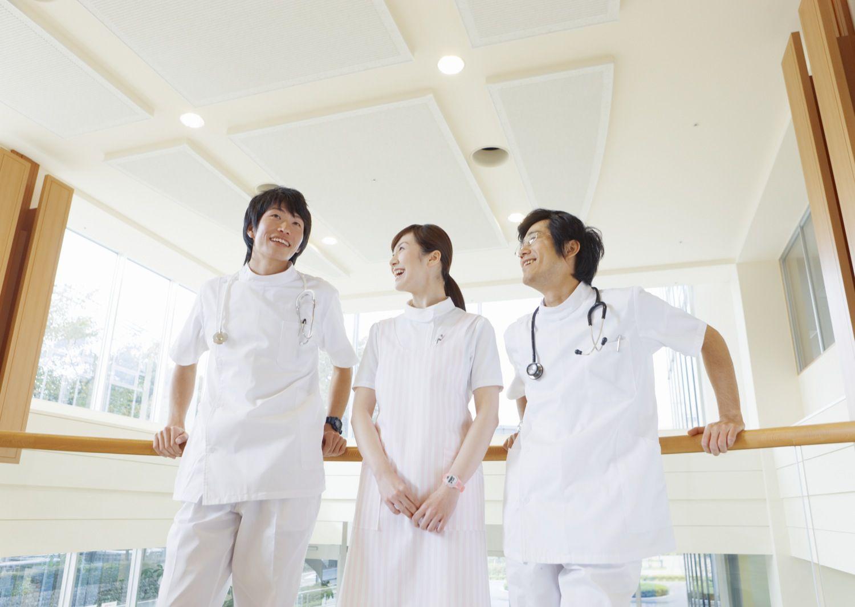 会話をする医者と看護師