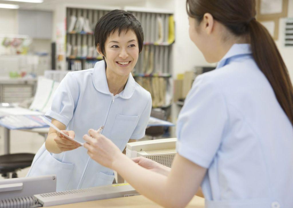 会話する看護師