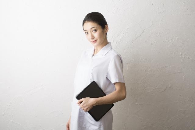 斜めに構えた看護師