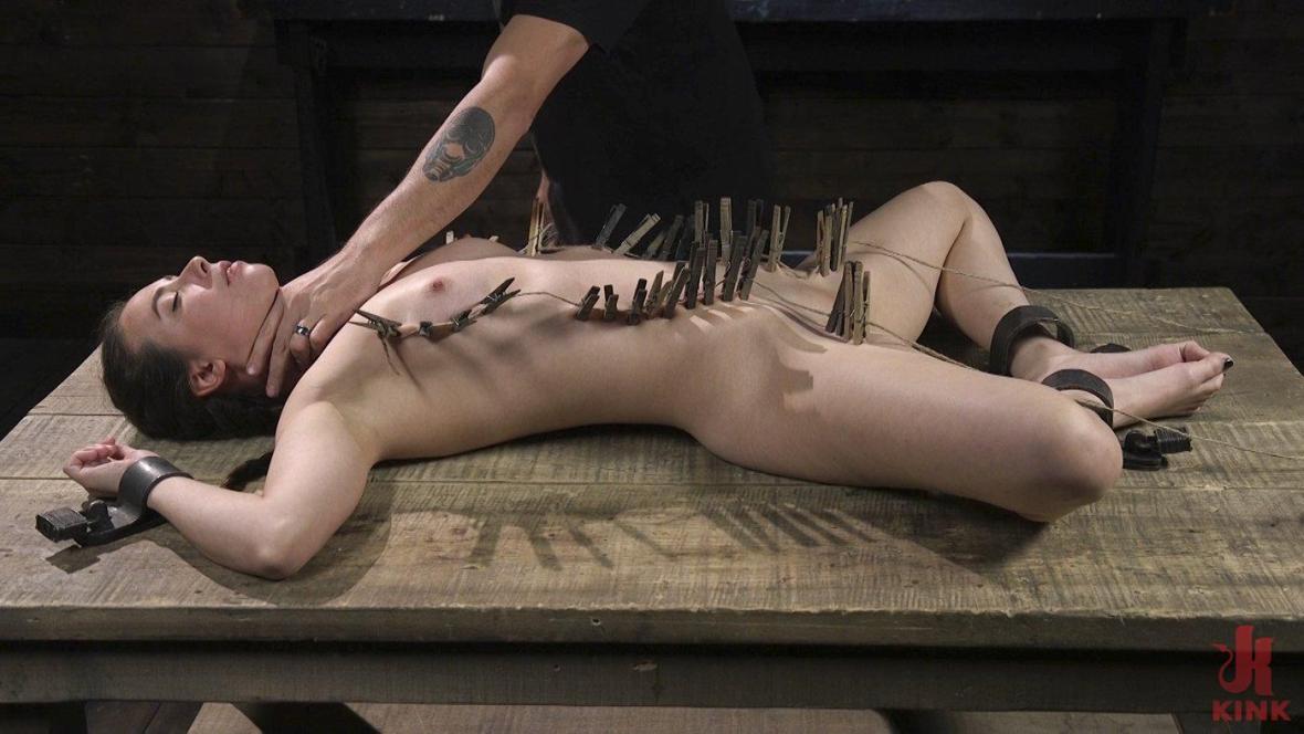 Миниатюрная детка Кейси Калверт Униженный с анальным и жестокими ногами Мучение - подземелье