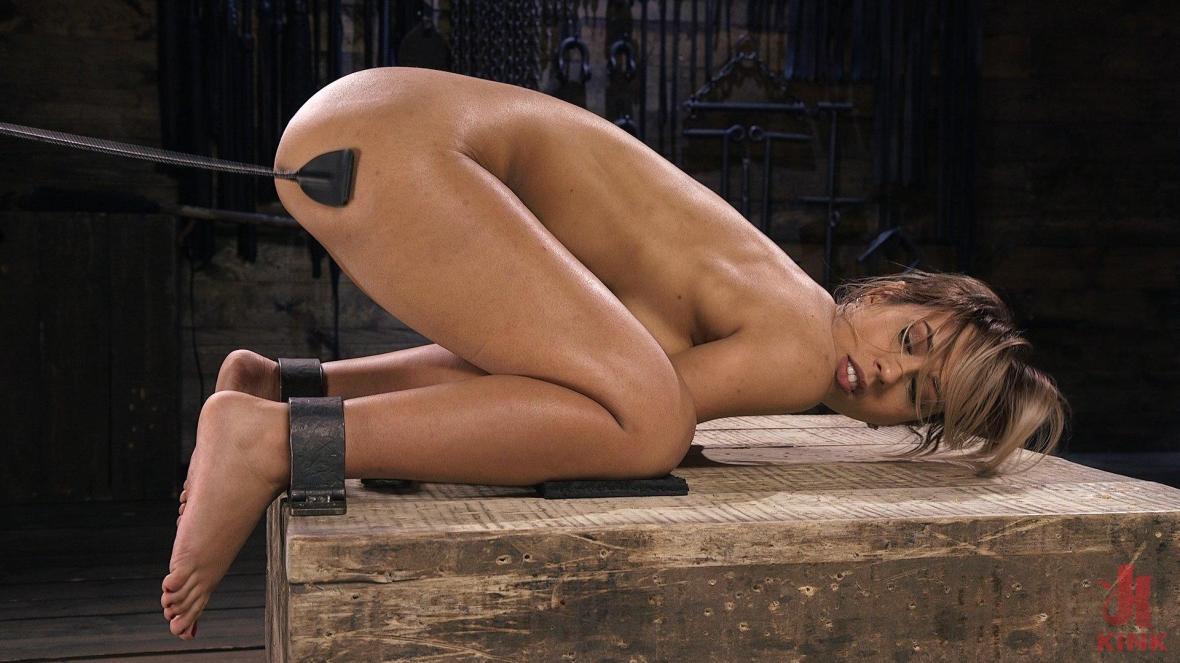 丰满的拉丁妓女在痛苦的束缚中折磨 - BDSM