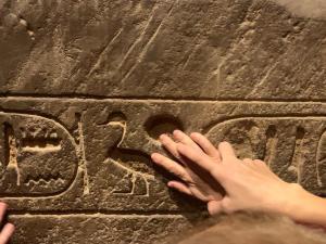 Mani che esplroano geroglifici