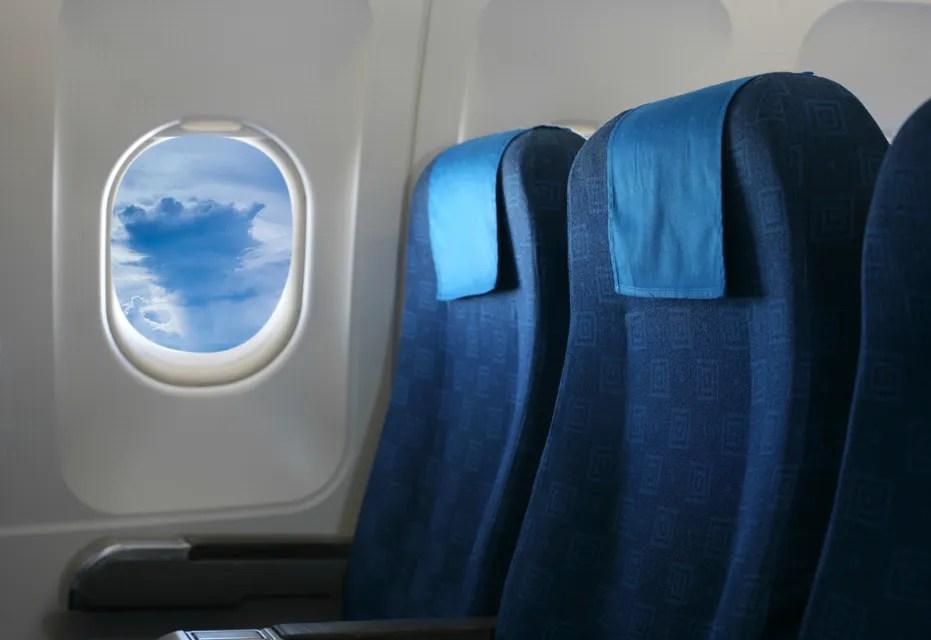 asientos y ventanilla en el avión