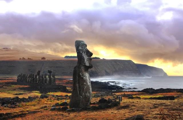 Ilha de Páscoa não poderia ficar de fora dessa lista de destinos incríveis.