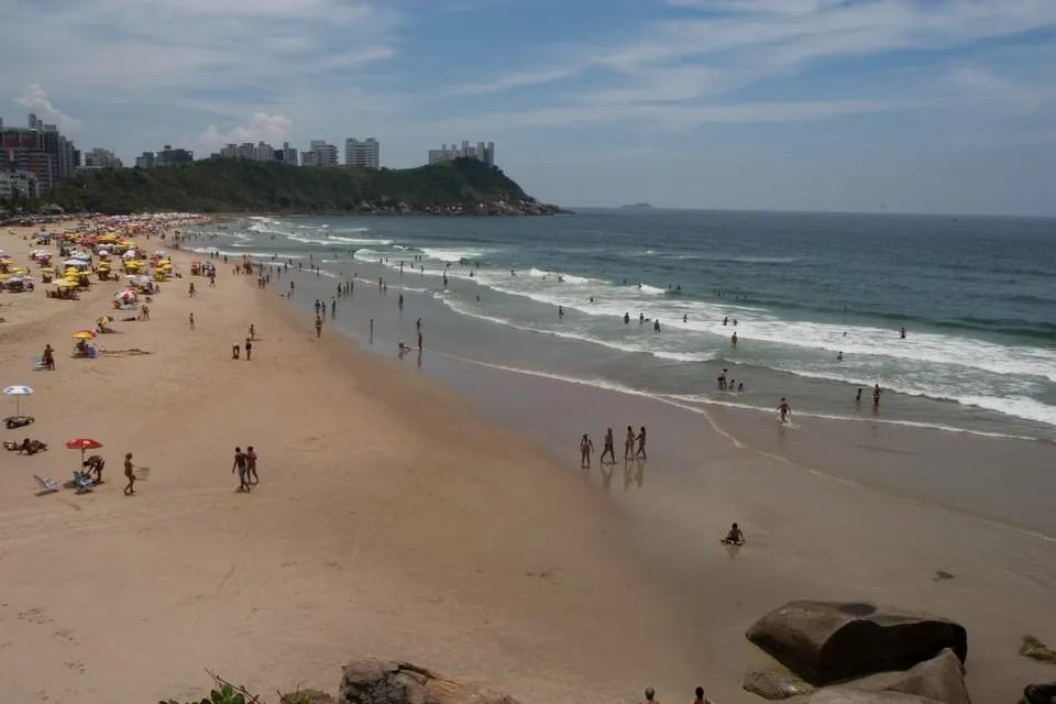 Praia do Tombo no Guarujá, a única praia com Bandeira Azul em São Paulo