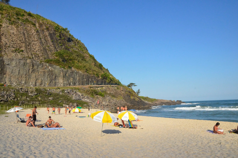 Prainha, no Rio de Janeiro, uma praia entre morros e com faixa de areia pequena.