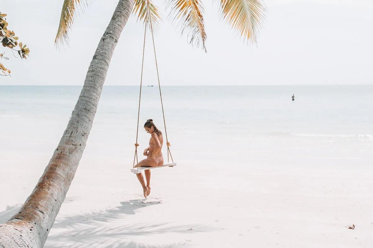 สถานที่พักผ่อนบนทะเลในฤดูหนาว Snow White Beach บนเกาะฟุกุโชกในเวียดนาม