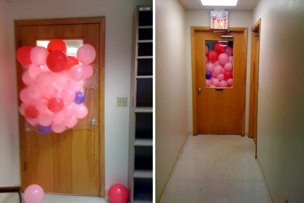 Joks ar baloniem. Bērni domā, ka visa telpa piepildīta ar baloniem, bet atverot durvis, bērniem liks vilties.