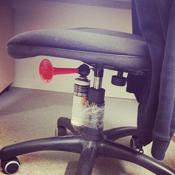 Pielīmē zem krēsla signāla tauri. Neaizmirsti brīdināt cilvēku, kuriem rokās ir kaut kas plīstošs.