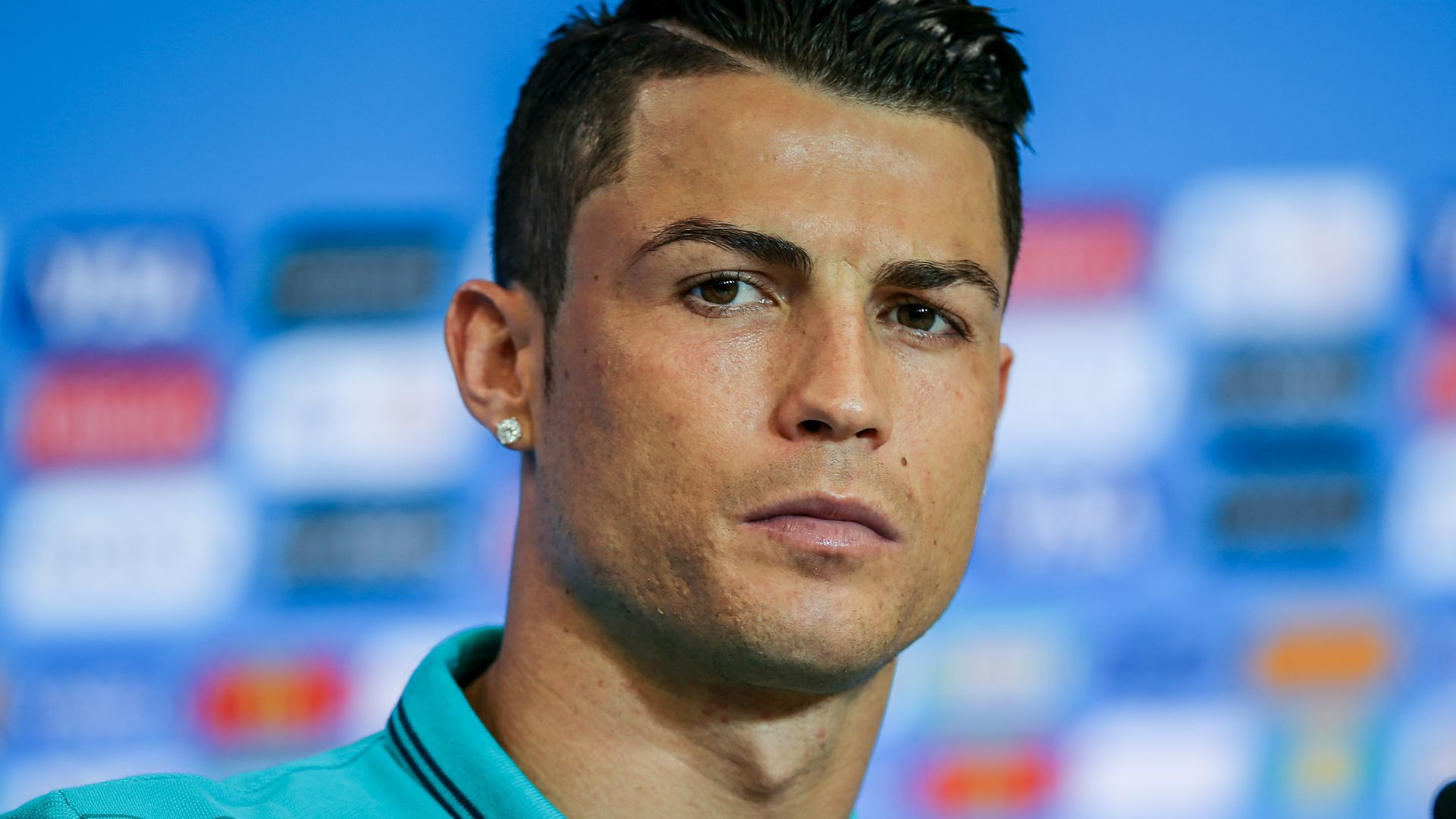 The alone aberration is that for this hairstyle, the admirer has additionally had the bristles. Cristiano Ronaldos Frisur? Lieber nicht nachmachen