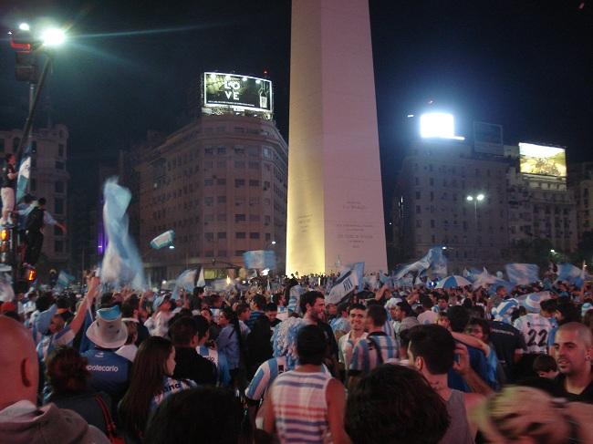 Hinchas do Racing tomam conta do Obelisco na Avenida 9 de Julho em Buenos Aires
