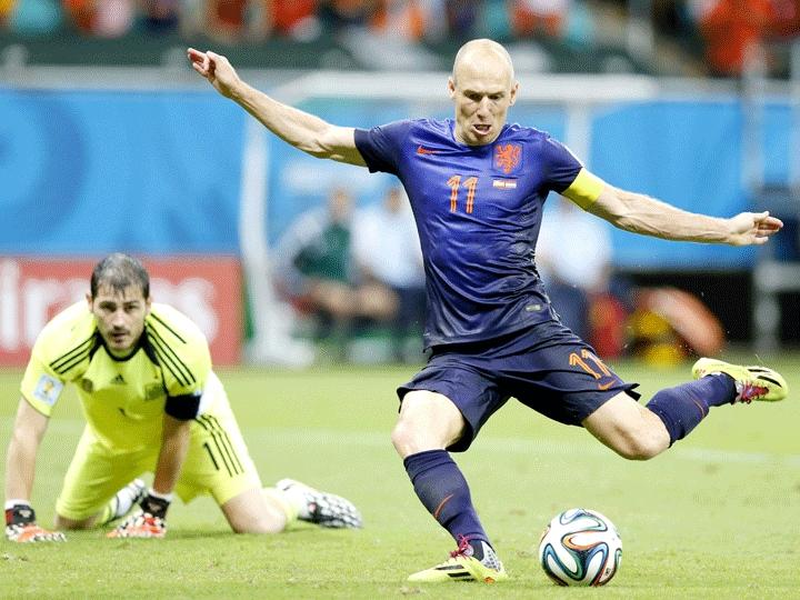 Robben ainda 'fechou o caixão' e driblou Casillas para fazer o quinto dos holandeses