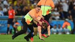 Torcedor invadiu o gramado e acabou tomando um tackle no estilo NFL