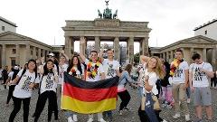Torcedores alemães no Portão de Brandemburgo, onde seleção será recebida em caso de título sobre a Argentina