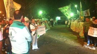 Torcida do Palmeiras protesta em frente à Academia de Futebol