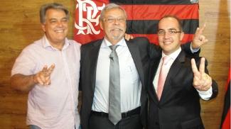Jorge Rodrigues, ao centro, prometeu contratarr Kaká para ser o camisa 10