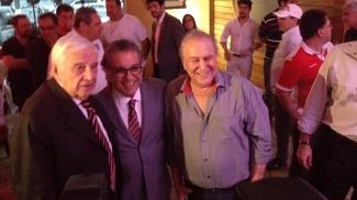 Juvenal Juvêncio (direita) abraça Carlos Miguel Aidar (centro), candidato da situação da presidência do São Paulo