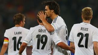 Götze ganha beijo de Hummels após marcar o primeiro gol da Alemanha contra Ilhas Faroe