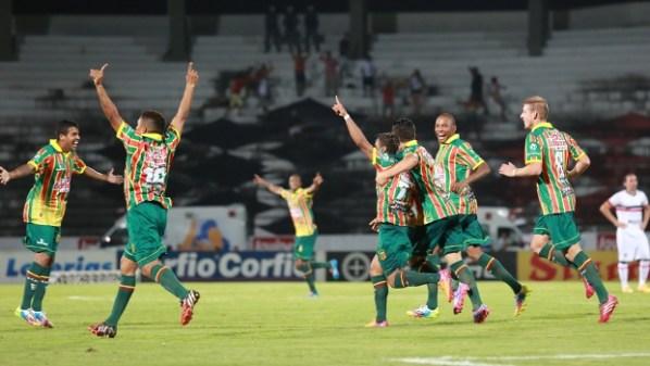Jogadores do Sampaio Corrêa comemoram gol na vitória sobre o Santa Cruz