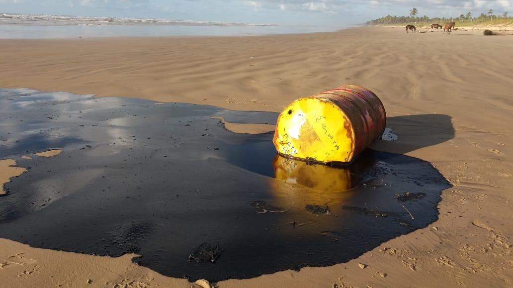 PHOTO 2019 10 11 20 15 13 - Óleo de barris encontrados em praias é o mesmo das manchas que poluem o Nordeste