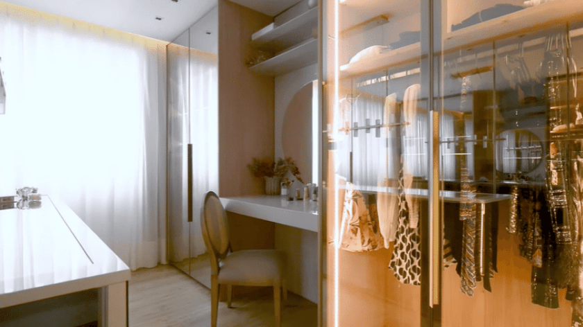 Closet space where the couple keeps their clothes and the influencer records videos - Playback/Youtube/Casa Vogue Brasil