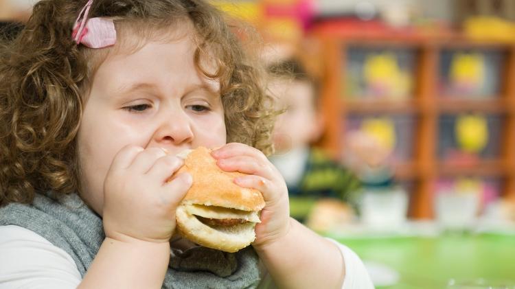 Child eating hamburgers / childhood obesity - iStock - iStock