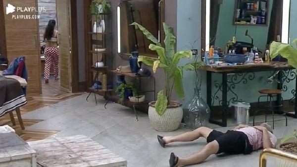A Fazenda 2020: Lucas Maciel fica caído no chão após tombo - Reprodução/Playplus - Reprodução/Playplus