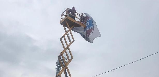 Torcedores improvisam equipamento de obra para ver jogo do Caxias
