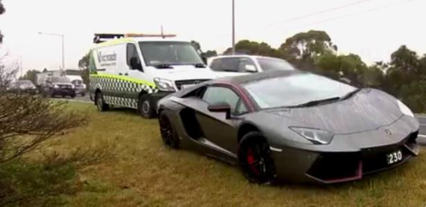Homem ficou preso no Lamborghini e teve que pedir ajuda