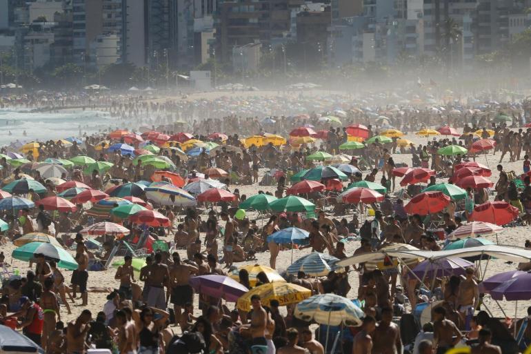 30.ago.2020 - Movimento na praia do Arpoador, na zona sul do Rio de Janeiro, neste domingo (30) -                                                     André Melo Andrade/My Photo Press/Estadão Conteúdo