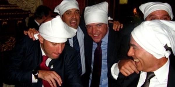 """Cavendish (o terceiro da esquerda em direção a a direita) participou de festa em Paris que ficou conhecida como a """"farra dos guardanapos"""" com Cabral e secretários dele"""