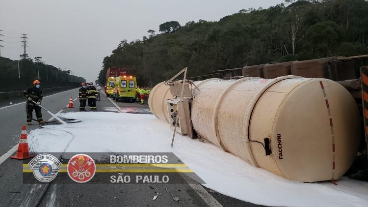 Tank truck was also down on the road - Fire Department of São Paulo - Fire Department of São Paulo