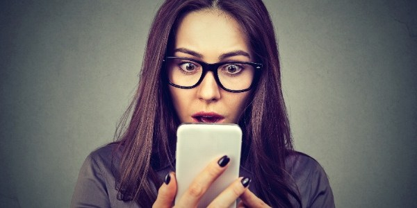 Espionar o celular de outra pessoa pode ser crime