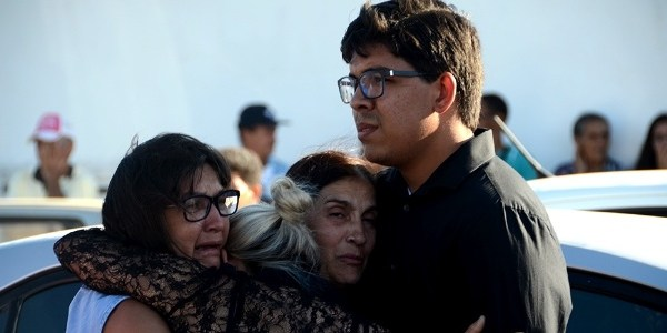 Viúva de vereador assassinado é consolada durante velório do marido
