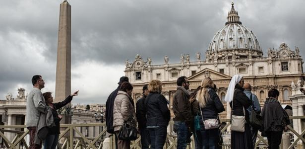 26abr2016---turistas-visitam-a-praca-sao-pedro-no-vaticano-1501780381088_615x300 Após décadas de silêncio, freiras enfrentam tabu e relatam abusos de padres